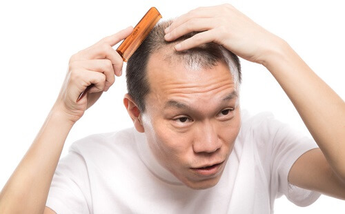 手順3:髪の毛をクシでとく