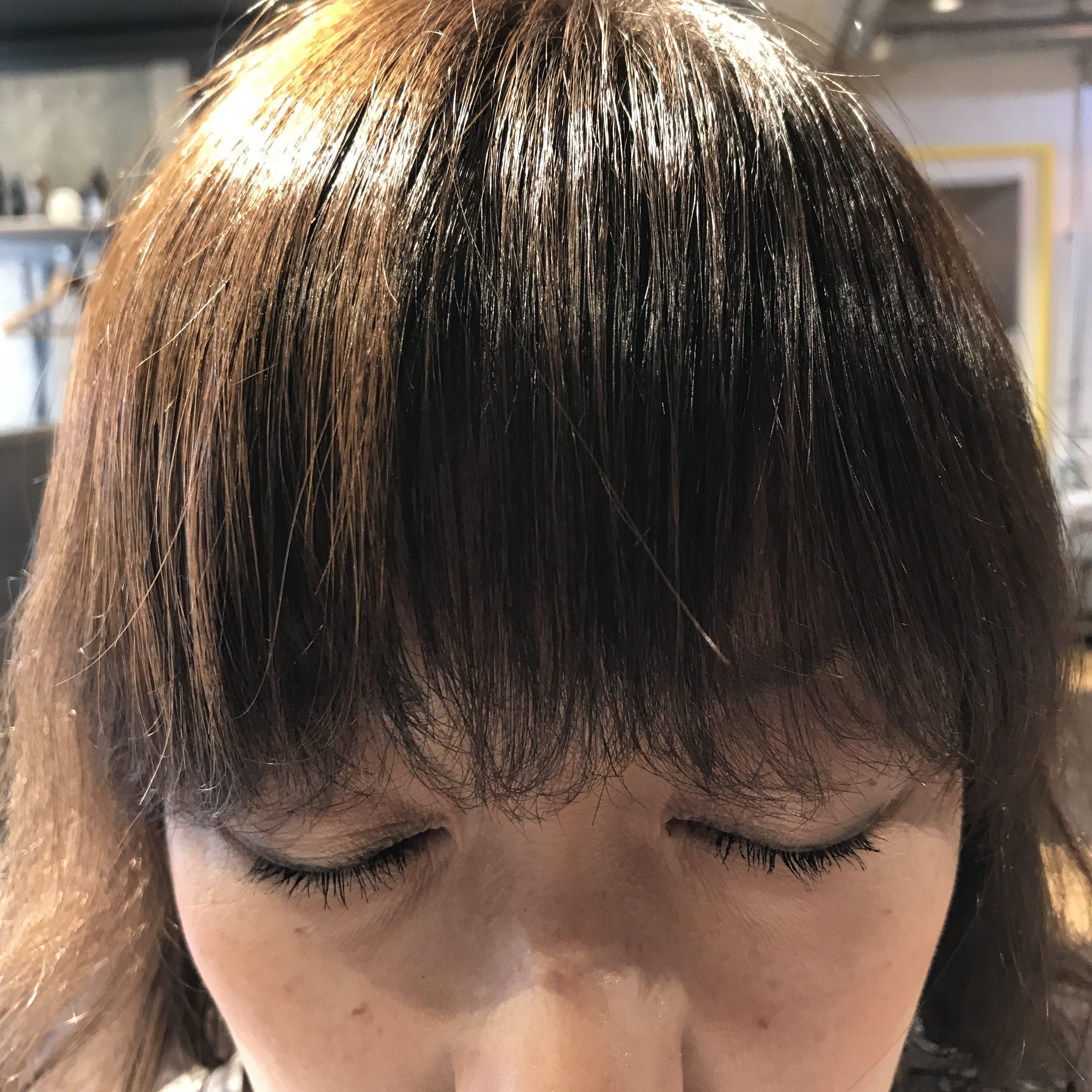 ステップ1: コームを使用して前髪の量・幅を確認する