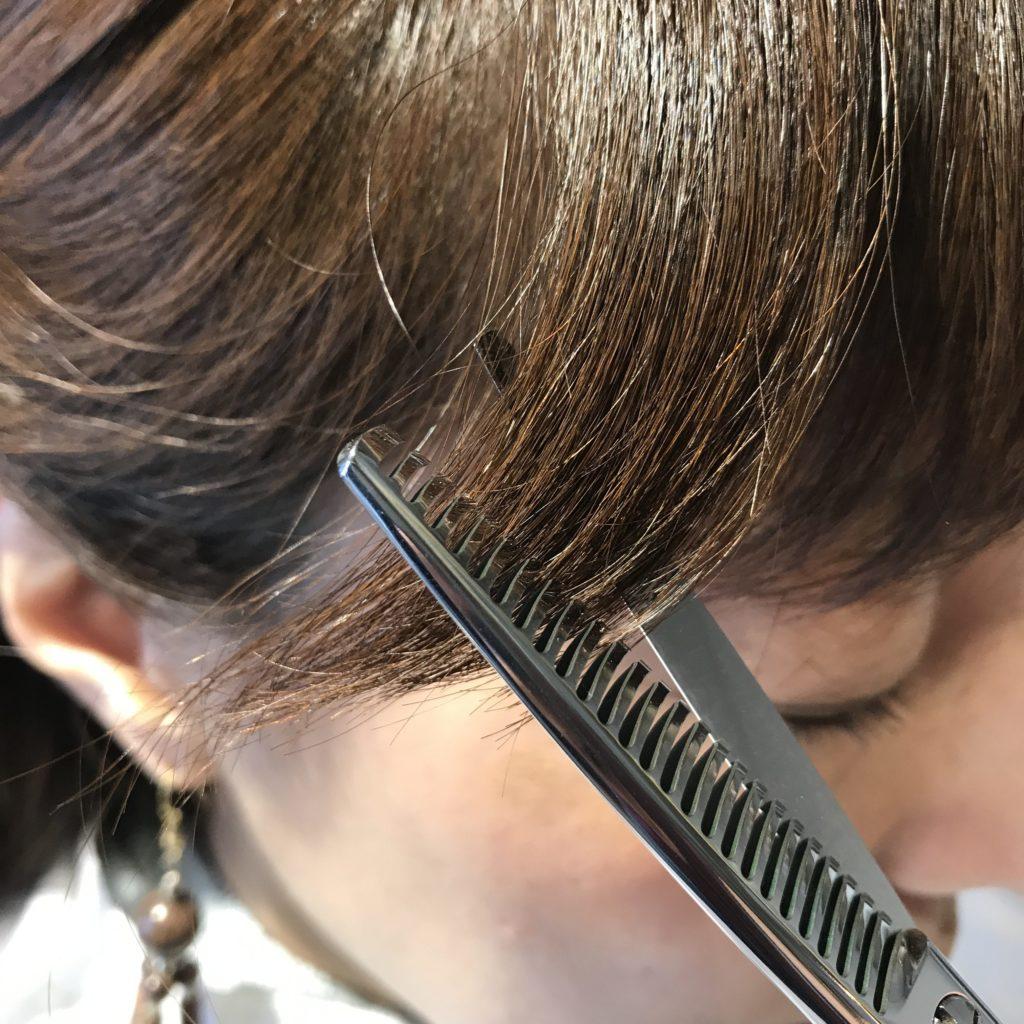 最終ステップ: セニングで毛先を馴染ませる(1)